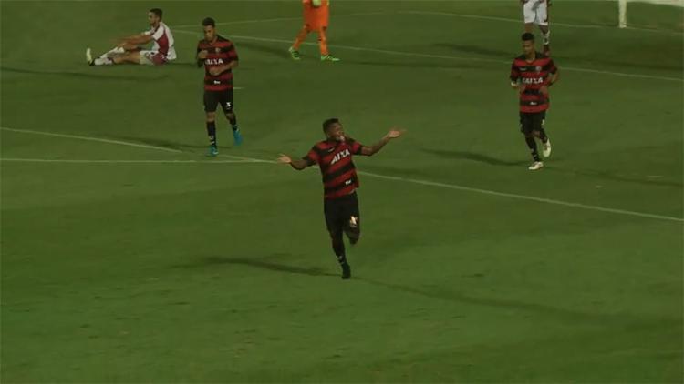 Atacante Eron (C) foi o destaque da partida e marcou três gols - Foto: Reprodução