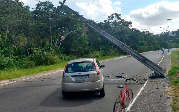 Carro colidiu e derrubou poste em Cajazeiras - Foto: Divulgação | Transalvador
