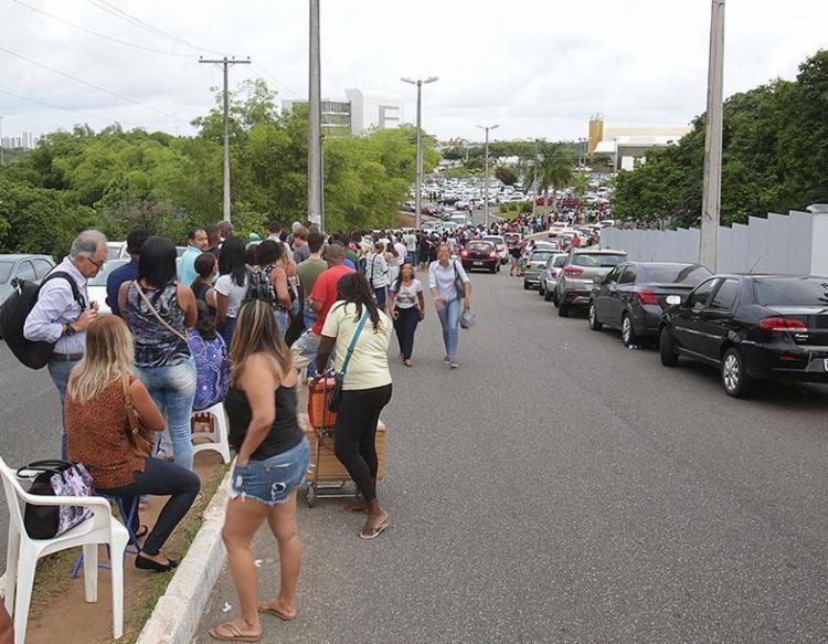 Fila no TRE-BA chegou ao estacionamento do órgão - Foto: Mila Cordeiro l Ag. A TARDE