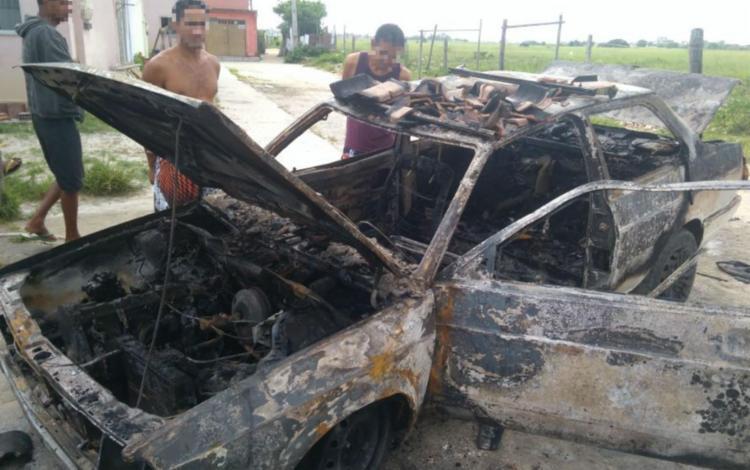 O carro do casal ficou completamente destruído - Foto: Divulgação | Corpo de Bombeiros