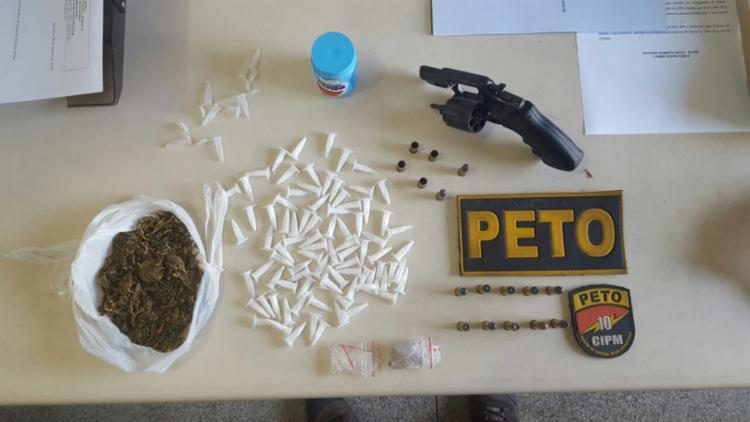 Suspeito estava com arma, drogas e munições - Foto: Divulgação | SSP