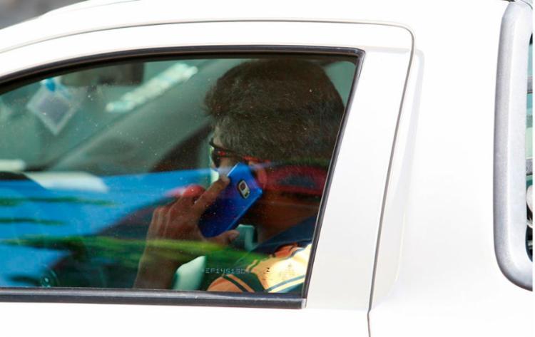 Segundo a mensagem, a punição ao ser flagrando falando ao celular teria aumentado para R$ 1.574,00 - Foto: Joá Souza | Ag. A TARDE