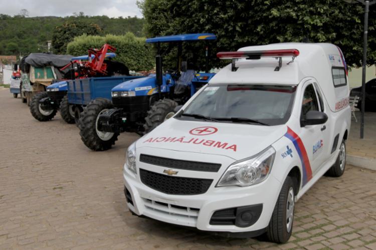 Ambulâncias e máquinas para a agricultura familiar estiveram entre as entregas em Caém - Foto: Alberto Coutinho/GOVBA