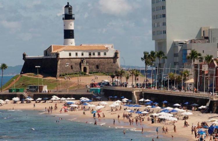 A praia do Farol da Barra foi considerada imprópria para banho pelo Inema - Foto: Margarida Neide | Ag. A TARDE | 05/08/2017