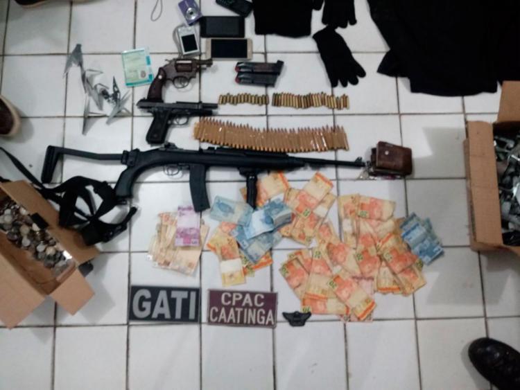 Armas, munição e dinheiro foram apreendidos com o bando - Foto: Divulgação   SSP-BA