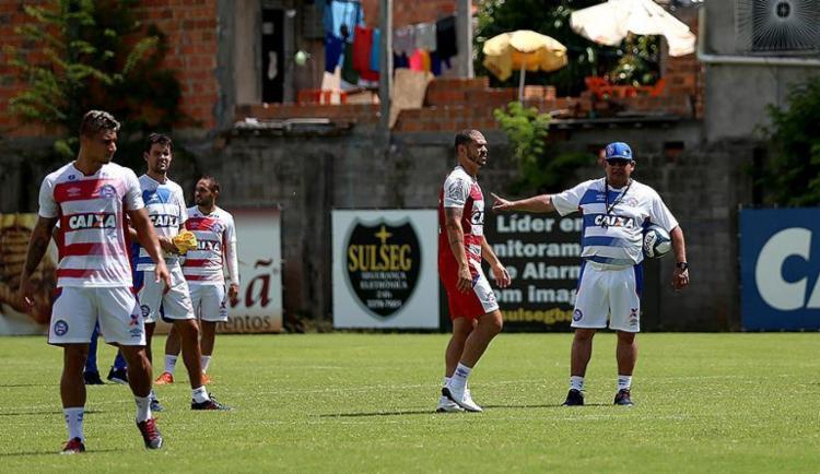 Treinador do Tricolor orienta os jogadores durante atividade no Fazendão - Foto: Felipe Oliveira l EC Bahia