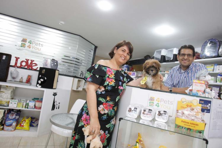 Miguel e Rosely, sócios do pet shop 4Pet 4You, não misturam relação pessoal e trabalho - Foto: Mila Cordeiro | Ag. A TARDE