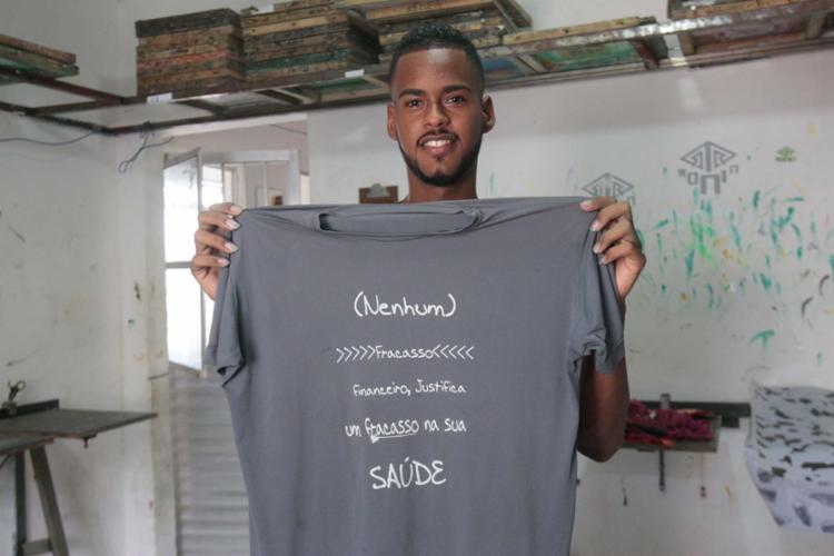 Alisson foi contratado este ano para trabalhar na Jó Camisetas - Foto: Margarida Neide | Ag. A TARDE
