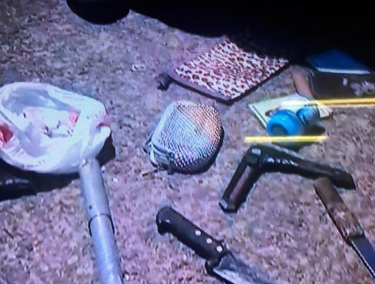 Durante a abordagem, foi encontrado facas, simuladores de armas e documentos - Foto: Reprodução | Record TV
