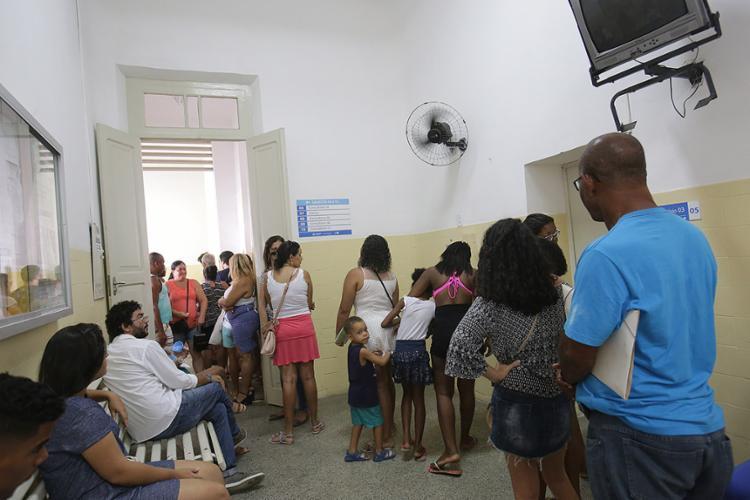 Fila para vacinação contra a febre amarela cresce no posto de saúde Ramiro de Azevedo, no Campo da Pólvora - Foto: Margarida Neide l Ag. A TARDE