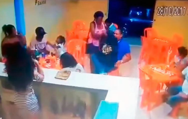 Vídeo mostra Laís entregando a mochila com a faca a Luís Alberto - Foto: Reprodução   YouTube