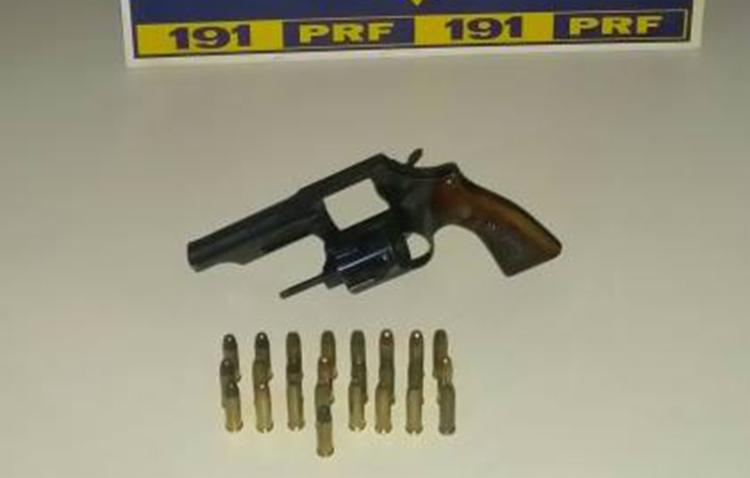 Arma foi encontrada escondida sob o tapete do assoalho do veículo - Foto: Divulgação | Polícia Rodoviária Federal