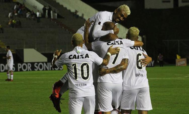 'Platinados' rubro-negros comemoram o primeiro gol da equipe na partida - Foto: Frankie Marcone l Futura Press l Estadão Conteúdo