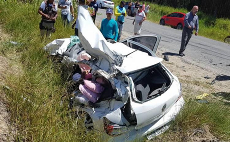 Carro ficou completamente destruído com a colisão - Foto: Reprodução | Itamaraju Notícias