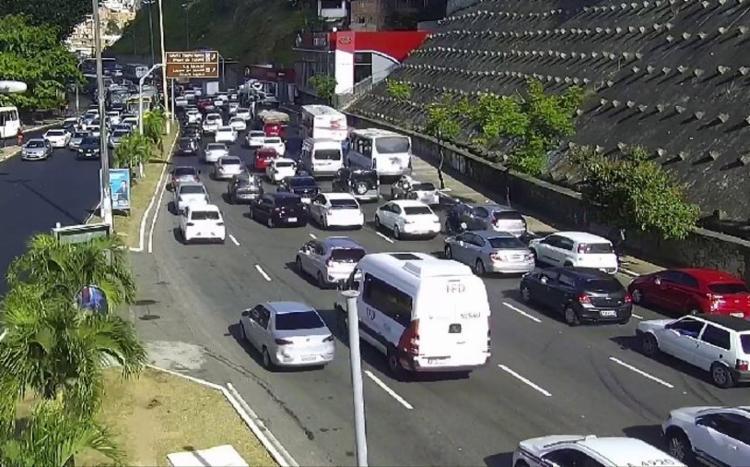 Veículos foram retirados da via mas trânsito segue lento na região - Foto: Divulgação | Transalvador