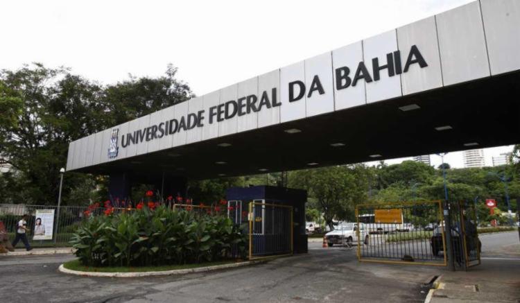 O funcionário diz que foi atacado diversas vezes por animais que vivem no campus de Ondina - Foto: Margarida Neidei   Ag. A TARDE