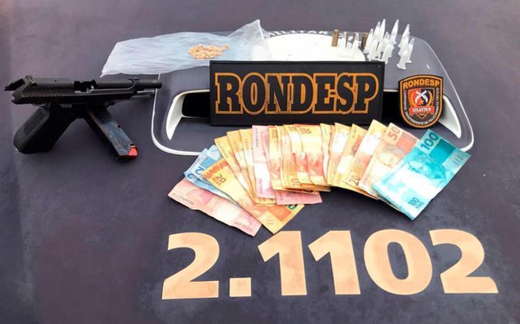 Com o suspeito, a polícia encontrou uma pistola, munições, drogas e dinheiro - Foto: Divulgação | SSP-BA
