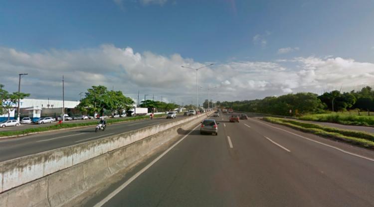 Vítimas estavam caídas próximo a um supermercado na BR-324, em Pirajá - Foto: Reprodução   Google Maps