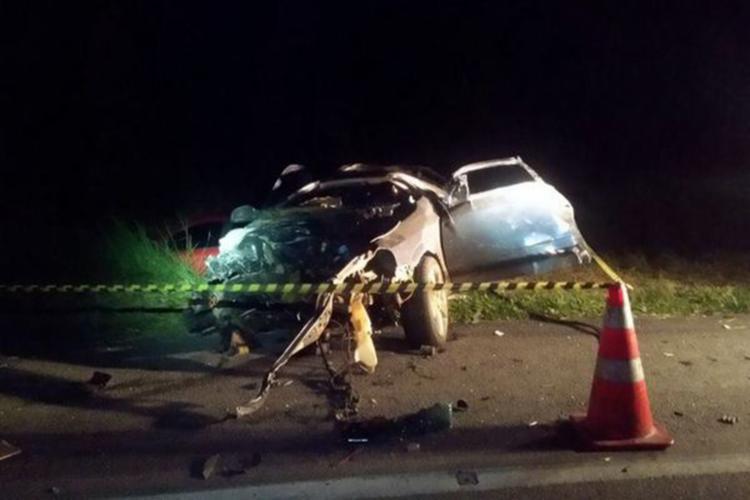 Dois jovens foram arremessados do carro e não resistiram aos ferimentos - Foto: Reprodução | Blog do Anderson