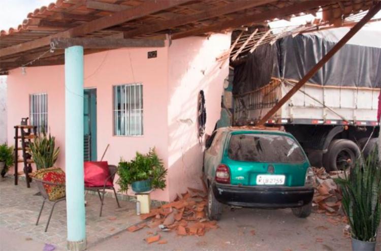 Um carro impediu que a carreta atravessasse a casa - Foto: Ed Santos | Reprodução | Acorda Cidade