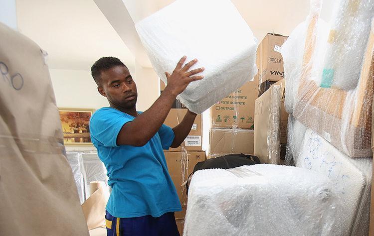Samuel Santos, funcionário da empresa Prime, organiza e transporta a mudança de um cliente - Foto: Joá Souza l Ag. A TARDE