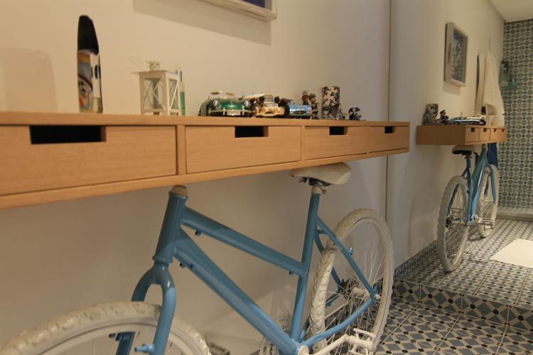 O arquiteto Saul Kaminsky apostou na paixão da dona da casa por bicicleta - Foto: Urban Recycle l Divulgação