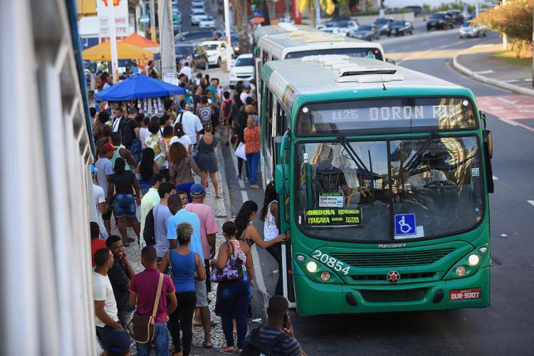 """Ponto de ônibus na Av. Centenário onde a linha Lapa/Calabar """"Transfer"""" será a única a trafegar pela via, com 36 veículos atuando por 24h - Foto: Joá Souza l Ag. A TARDE"""