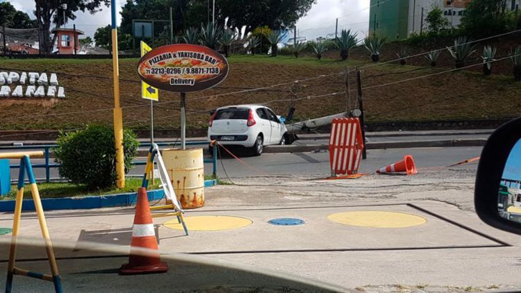 Poste ficou atravessado nas duas vias da avenida - Foto: Leonardo Rattes | Divulgação