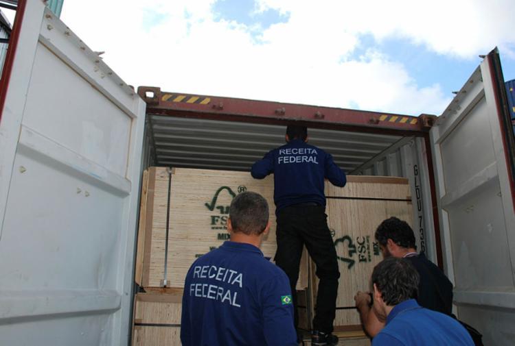 Funcionários da Receita federal encontram entorpecentes em carga no Porto de Salvador - Foto: Divulgação | PRF