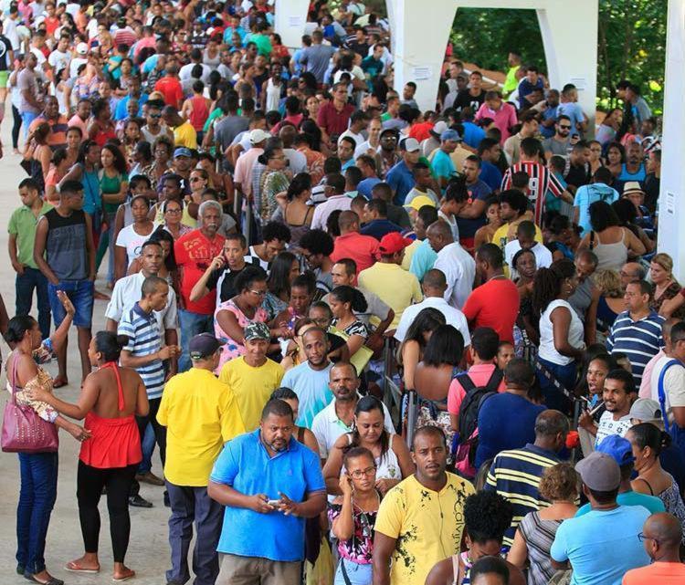 Eleitores lotam o TRE no primeiro domingo para recadastramento biométrico - Foto: Mila Cordeiro | Ag. A TARDE | 21.01.2018