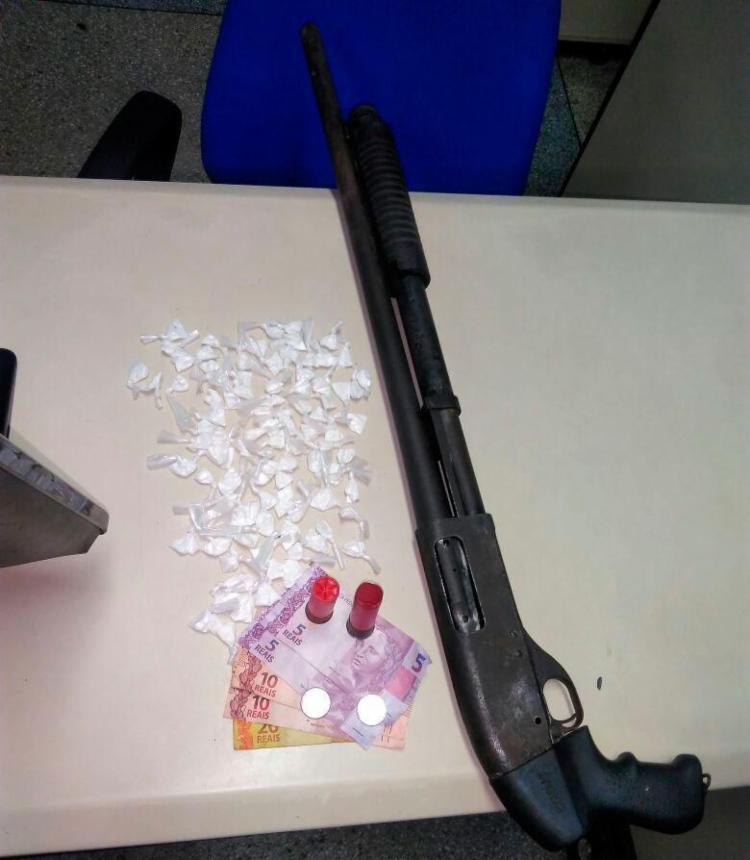 Com o jovem, a polícia encontrou uma espingarda calibre 12, drogas e dinheiro - Foto: Divulgação | SSP-BA