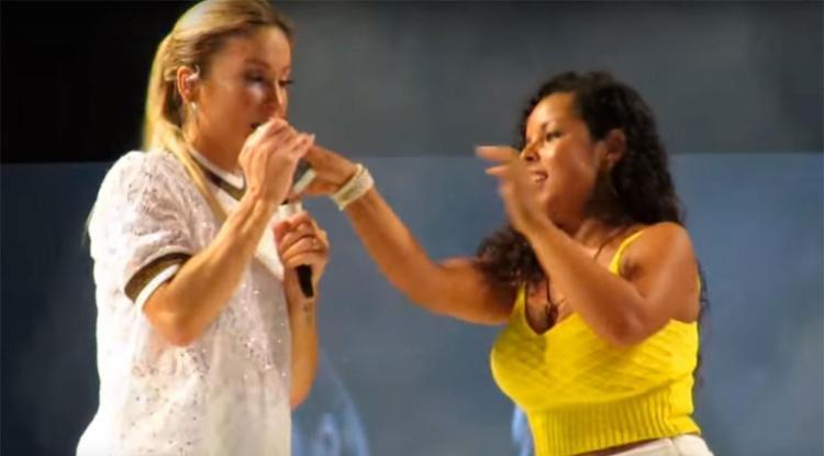Cantora chegou a tirar o aparelho da mão da mulher e brincou: 'Dá vontade de jogar na água' - Foto: Reprodução | YouTube
