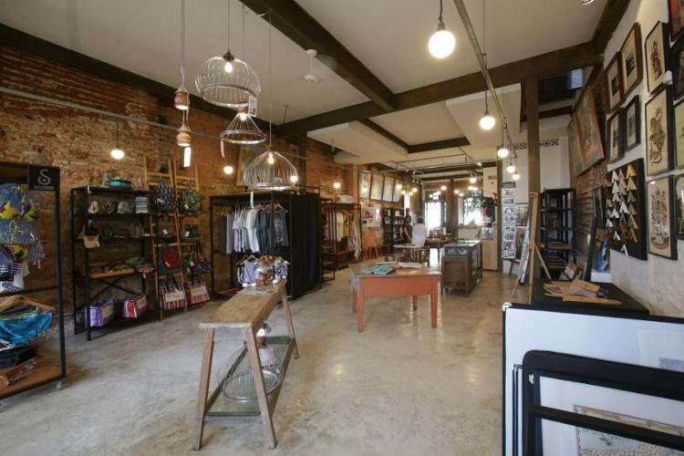 A casa investe em produtos baianos, como as roupas da Dresscoração e fotos de Helen Salomão - Foto: Adilton Venegeroles / Ag. A TARDE