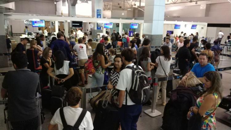 Movimento foi intenso no início da manhã desta segunda-feira, 22, no aeroporto - Foto: Raul Spinassé | Ag. A TARDE | 22.01.2018