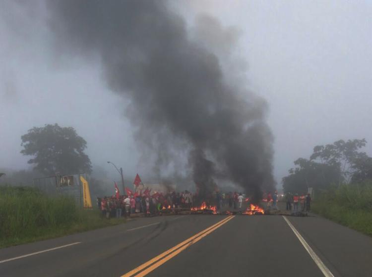 Cerca de 40 pessoas interditaram totalmente a pista da BR-101 - Foto: Cidadão Repórter | Via WhatsAapp