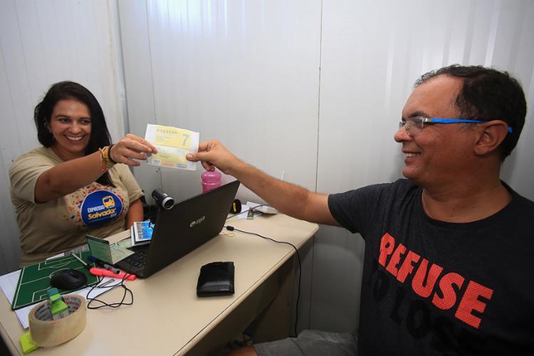 Marcelo Oliveira, morador da Barra, recebe adesivo para pilotar moto pelo circuito - Foto: Joá Souza l Ag. A TARDE