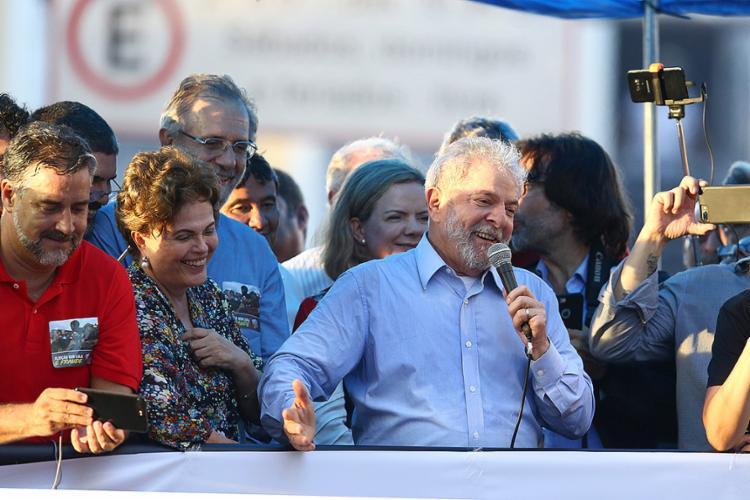 O ex-presidente Lula participou de ato político na Esquina Democrática, Centro da capital gaúcha, um dia antes de ser julgado no TRF-4 - Foto: Pedro H. Tesch l Ag. O Globo