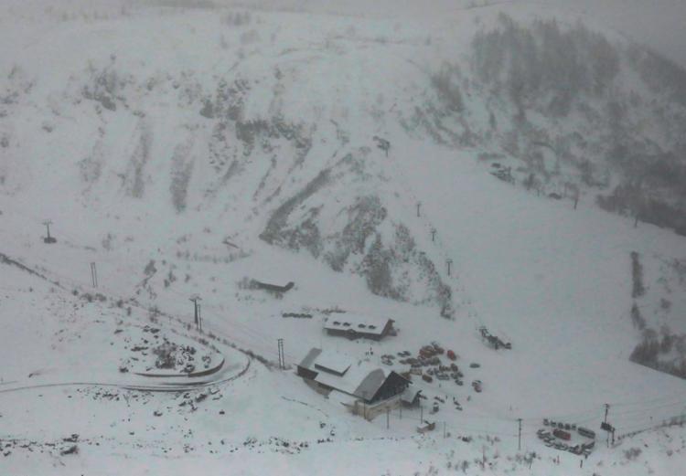 Por conta da avalanche, outras dez pessoas ficaram feridas - Foto: Jiji Press | AFP
