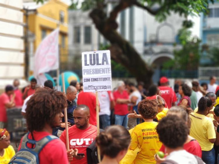 Manifestantes se concentram para uma possível caminhada no período da tarde - Foto: Raul Spinassé | Ag. A TARDE