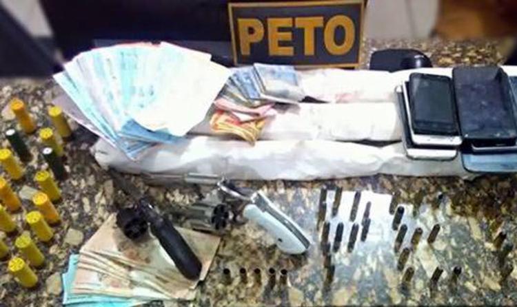 Suspeitos estavam com armas, munições, dinheiro e emulsões de dinamite - Foto: Divulgação | Polícia Militar