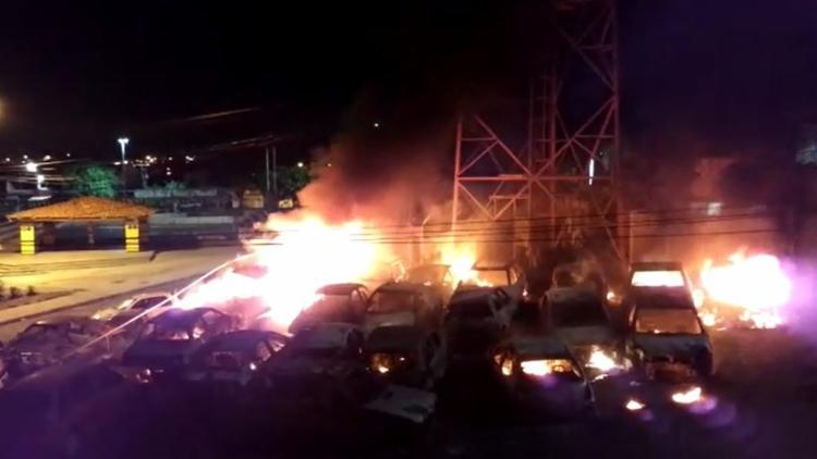 O incêndio destruiu 22 veículos que estavam estacionados no pátio da 22ª DT - Foto: Reprodução | Youtube