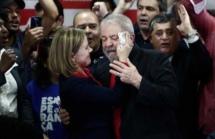 Lula ao lado da presidente do partido, Gleisi Hoffman - Foto: Miguel Schincariol | AFP