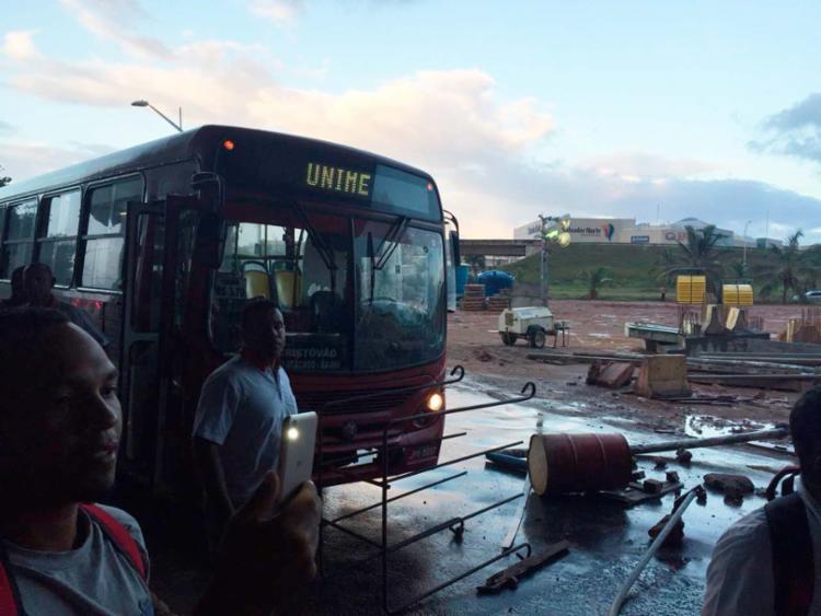 Objetos foram jogados no chão para impedir a passagem dos veículos - Foto: Luís Teixeira | Sindprev-BA