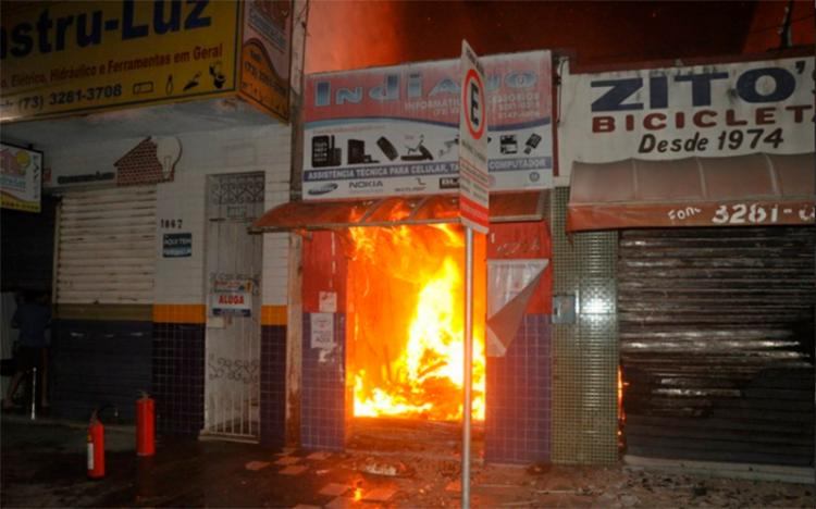 Incêndio destruiu bicicletário e loja de celulares - Foto: Reprodução | Radar64
