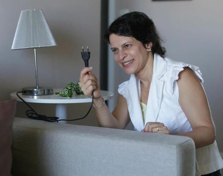 Elaine se preocupa em tirar aparelhos das tomadas - Foto: Raul Spinassé | Ag. A TARDE