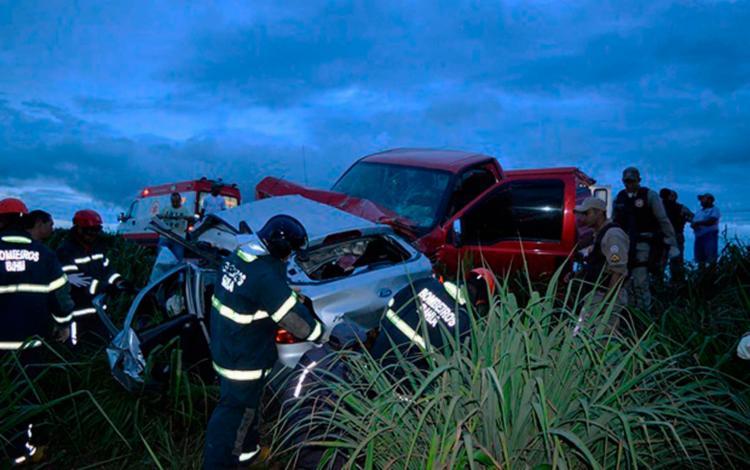 Vítimas ficaram presas às ferragens do veículo que roubaram - Foto: Reprodução | Blog Braga
