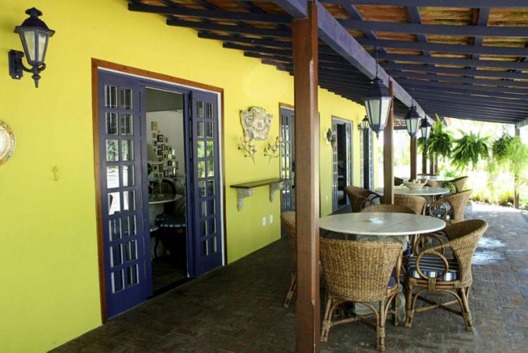 Na reforma do escritório Korman Arquitetos, vigas foram preservadas e fachada pintada de amarelo - Foto: Álvaro Élkis | Divulgação