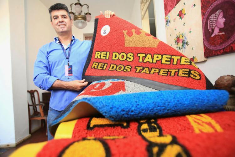 Alex Sarmento é representante de microfranquia de venda de tapetes personalizados - Foto: Joá Souza | Ag. A TARDE | 24.01.2018