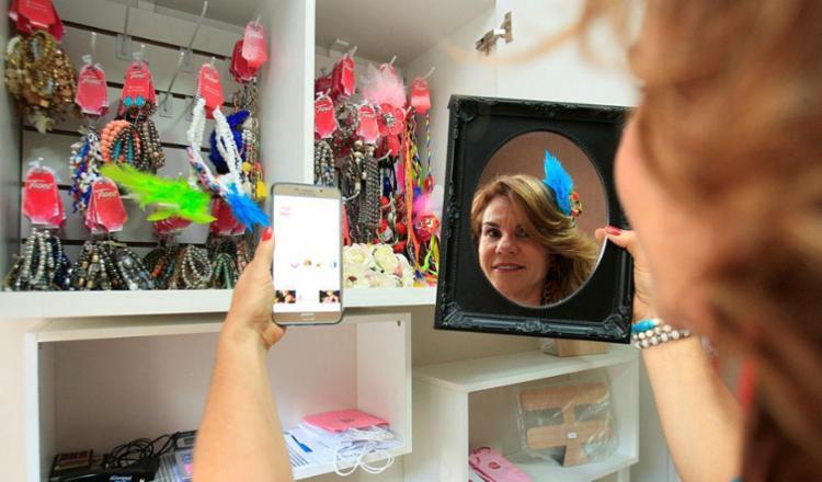 Júlia Romano é dona da Tune Store, uma lojinha virtual de bijus que só funciona pelo Instagram - Foto: Mila Cordeiro | Ag. A TARDE | 22.01.2018