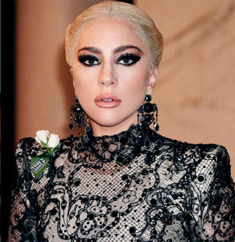 Lady Gaga apostou num macacão rendado com ombreiras pontudas e brincos gigantes - Foto: Reprodução | Instagram